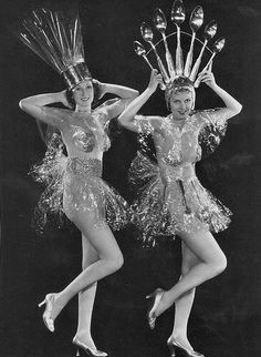 Vintage Showgirls - early use of cellofane! Style Vintage, Vintage Love, Vintage Beauty, Vintage Ladies, Vintage Fashion, Foto Vintage, Fashion 1920s, Vintage Music, Gothic Fashion