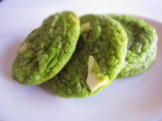 Matcha Green Tea and White Chocolate Cookies Recipe - Yummy this dish is very delicous. Let's make Matcha Green Tea and White Chocolate Cookies in your home! White Chocolate Cookie Recipes, Chewy Chocolate Chip Cookies, Chocolate Blanco, White Chocolate Chips, Green Tea Recipes, Sweet Recipes, Green Tea Cookies, Biscuits, Matcha Cookies