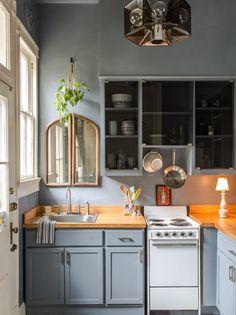 Cozinha modulada com armário em tom azul claro.