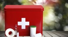 What's in your first aid kit? Here's the deal, most of us have bandaids and some Neosporin, maybe some alcohol or Hydrogen Peroxide. Baking Soda Cleaning, Household Cleaning Tips, Cleaning Hacks, Diy Cleaners, Cleaners Homemade, Ink Cartridge Reset, Laundry Hacks, Hand Embroidery Stitches, First Aid Kit