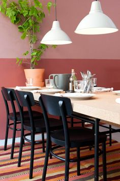 Produkter: SINNERLIG bord, SINNERLIG benk, SINNERLIG mugge, IKEA 365+ servise, IKEA 365+ vinglass, SINNERLIG flaske, KULINARISK bestikk, INGEFÄRA blomsterpotte, SINNERLIG svarta blomsterpotter, IDOLF stol, FOTO lampe, PERSISK KELIM GASHGAI teppe. Foto: Tor Lie