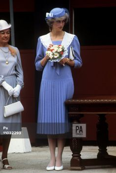 27 June Princess Diana visit Charlotte town at Prince Edward Island, during her first trip to Canada. She wore a retro style dress designed by Jasper Conran Royal Princess, Prince And Princess, Princess Of Wales, Princess Diana Fashion, Princess Diana Pictures, Princesa Real, Princes Diana, Diane, Lady Diana Spencer
