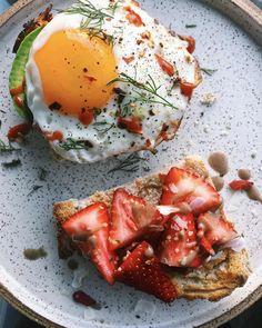 Savory Egg Toast and Sweet Strawberry-Coconut Toast Pikanter Ei-Toast und süßer Erdbeer-Kokos-Toast Breakfast And Brunch, Breakfast Recipes, Breakfast Ideas, Healthy Meals To Cook, Healthy Recipes, Egg Toast, Toasted Coconut, Learn To Cook, Strawberry