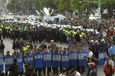台湾警察、行政院から学生ら強制排除 - WSJ.com   《Hundreds of police in riot gear cleared the streets surrounding the government cabinet buildings occupied by student protesters on Monday. On Sunday, Mr. Ma—also the head of the ruling Chinese Nationalist Party, or the Kuomintang—said retracting the trade agreement would undermine Taiwan's credibility as a trade partner, and he dismissed concerns the deal would hurt small businesses.》