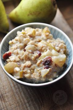 Kardamonowy: Owsianka z gruszkami i żurawiną Yummy Treats, Oatmeal, Good Food, Breakfast, Recipes, Impreza, Poems, Sweets, Quotes
