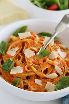 Creamy Roasted Red Pepper Pasta - Smoky roasted bell peppers add a delicious twist to traditional pasta sauce. So simple, no fuss and no-cook! Good Healthy Recipes, Veggie Recipes, Vegetarian Recipes, Pasta Cremosa, Roasted Red Pepper Pasta, Roasted Peppers, Sausage Pasta Recipes, Food Porn, Pasta Dishes