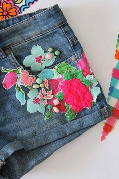 farbige Blumen Motive auf den langweiligen Denim Shorts aufnähen