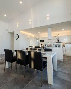 Modernissa keittiössä on paljon valkoista kiiltävää pintaa, johon kontrastia luo tummat työtasot. Saareke, joka toimii niin keittiön työtilana kuin myös ruokapöytänä, erottaa varsinaisen ruokatilan. Tässä keittiössä riittää tilaa kokkaamiseen. Keittiön yleisvalaistukseen on myös käytetty Lilja 12W-valaisimia, jotka tekevät tilasta valoisan ja ruuanlaitosta miellyttävää. Hyllyihin on asennettu valonauhaa, jolla on luotu tilaan lisää valoa ja tyyliä.#omakotitalo #olohuone #keittiö #koti… Overhead Lighting, Task Lighting, Accent Lighting, Lighting Ideas, Led Light Installation, Reading Nook, One Design, Betta, Kitchen And Bath