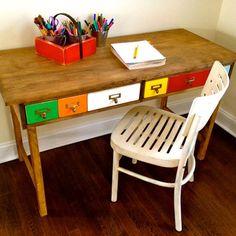 Un bureau à tiroirs // Desk with drawers