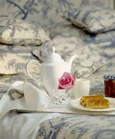 thé + pain au chocolat