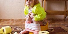 petite fille sur le pot, elle apprend la propreté
