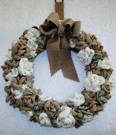 guirlanda de Natal feita de flores retalhos de juta