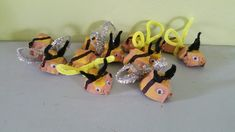 Bumble bees with egg cartons Insect Crafts, Preschool Art Activities, Egg Cartons, Bumble Bees, Bug Crafts, Kindergarten Art Activities
