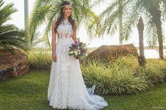 Noiva antenada: com visual romântico e ao mesmo tempo supermoderno, Marcella escolheu um look da grife espanhola YolanCris. A noiva apostou em rendas, transparência e na tendência top cropped + saia que combinou perfeitamente com o clima ao ar livre da festa