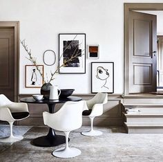 Super elegant interior design, with Eero Saarinen tulip chairs, beautiful black & white tulip table & chairs mix, some art and a fantastic… Mesa Saarinen, Saarinen Table, Tulip Chair, Tulip Table, Decoration Inspiration, Interior Inspiration, Beautiful Interiors, Table And Chairs, Chair Design