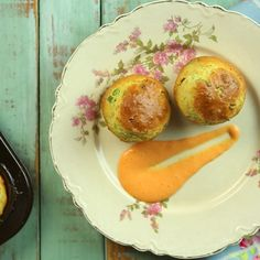 Leek Muffins With Red Pepper Dressing recipe. Ingredients: 250 g self rising flour, 400 g leek, 2 tablespoons of sunflower oil, 200g of diced fresh cheese, 2 teaspoons of baking soda, 4 eggs, 100 cc of olive oil, 50 cc beer, salt, pepper and nutmegs, 100 g of grated cheese, Vegetable spray, Salt and pepper, 4 tablespoons of mayonnaise, 2 tins of canned red pepper