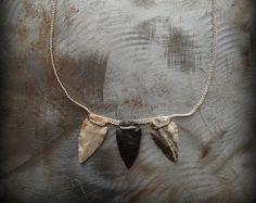Este listado está para un collar de piedra de encaje de ganchillo, a la derecha en la foto #1. Este collar tiene 2 tipos de cadena, gunmetal y plata antigua. Tengo mano crocheted del cordón alrededor de la piedra lisa de río utilizando hilo de crochet crudo muy fino y un gancho de ganchillo pequeño. (hilo de rosca de #80, gancho #11)  La piedra de encaje medidas aprox: 2 5/8 x 2 pulgadas. La cadena mide aprox: 29 pulgadas en conjunto. La pieza de cuero pequeña colocar la piedra a las med...