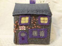 Jouet traditionnel ou décoration de Noël : la petite maison en tissus recyclés n°10. : Jeux, jouets par la-fabrique-de-cadot
