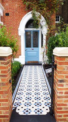 Victorian House Interiors, Edwardian House, Victorian Homes, Front Garden Entrance, Narrow Hallway Decorating, Townhouse Interior, Narrow Garden, Hallway Designs, Building Exterior
