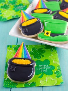 Top o' the evening to ya! As promised in my last post, today I'm going to share with you the cookies that accompanied my St. Patrick's Day hat cookies. These rainbow pot of gold cookies will add some considerable bling to any St. Paddy's Day dish. It all begins with a common cookie cutter you …