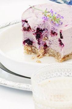Laventeli-mustikkaraakakakku by Karita Tykkä Lavender Cake, Raw Cake, Healthy Deserts, Vanilla Cake, Blueberry, Cozy, Sweet, Desserts, Candy