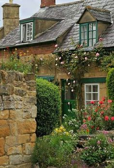How about having a dreamy English style cottage architecture ideas for your home? Cozy Cottage, Cottage Homes, Cottage Style, Cottage Gardens, Cottages Anglais, The Places Youll Go, Places To Go, Beautiful Homes, Beautiful Places