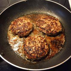 Fetaostfyllda lammfärsbiffar. Iron Pan, It Cast, Kitchen, Lemon, Dutch Oven, Cucina, Cooking, Kitchens, Stove