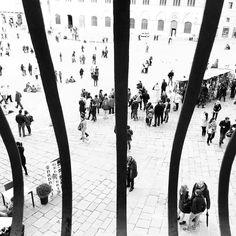 Tutti prigionieri del turismo.  #siena #piazzadelcampo #bw #blackandwhite #sun #spring #cool #swag #alessandrobianchi #photographer #photo #moment #monochromatic #love #iphone #instagram