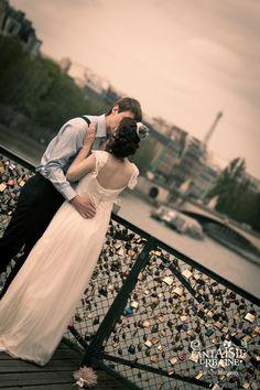 Beautiful and romantic wedding retro Paris ( eiffel tower, pont des arts, Seine) Romantique mariage Parisien au style rétro et vintage sur le pont des Arts