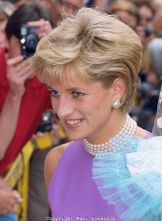 November Diana, Princess of Wales with Doctor Victor Chang portrait when she opened the Victor Chang Cardiac Research Institute in Sydney, Australia. Royal Princess, Princess Of Wales, Kate Middleton, Prinz Charles, Princess Diana Pictures, Diana Fashion, Lady Diana Spencer, Queen Of Hearts, Queen Elizabeth