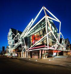 Melbourne Theatre Company.  Un teatro localizado en Melbourne que impacta por su diseño y originalidad. ¿Te imaginas disfrutar de un Stoli viendo tu obra favorita en éste lugar?     Mira más fotos en el siguiente link   http://www.a-r-m.com.au/projects_mtc.html