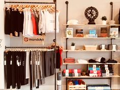 Retail section featuring Manduka products at fitness studio. Yoga Studio Design, Yoga Studio Decor, Boutique Interior, Tanzstudio Design, Food Design, Small Boutique Ideas, Home Dance Studio, Organizar Closet, Fitness Studio