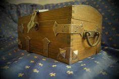 Kuferek z starodawnymi okuciami  Ręcznie robiona skrzynia z wykorzystaniem akcesoriów dostępnych w naszym sklepie. Kuferek z starodawnymi okuciami
