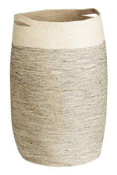 Cesto para roupa suja: Cesto para roupa suja em juta com duas pegas. Diâmetro aprox.: 35 cm. Altura: 65 cm.