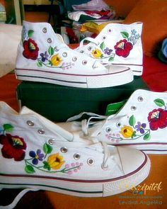 Folk Fashion | Kalocsai mintával hímzett tornacipők | Életszépítők All Star, Painted Toms, Hungarian Embroidery, Decorated Shoes, Keds Shoes, Folk Fashion, Embroidered Clothes, Quinceanera Dresses, Embroidery Applique