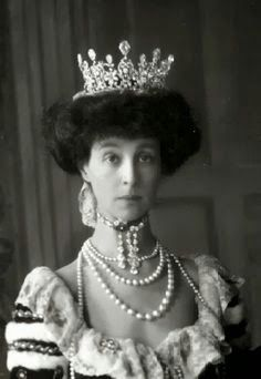 Duchess of Marlborough, the American heiress Consuelo Vanderbilt, wearing a diamond tiara by Boucheron to the coronation of King George V in Royal Crowns, Royal Tiaras, Crown Royal, Tiaras And Crowns, Belle Epoque, Bijoux Art Nouveau, Diamond Tiara, Royal Jewelry, Jewellery