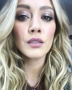 Sparkle city make up lewks at 6 am 😛 Hilary Duff Makeup, Hilary Duff Bikini, Icy Blonde, Perfect Makeup, Makeup Trends, Makeup Ideas, Makeup Inspo, Gold Hair, The Duff