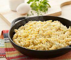 A dica de massa para seu jantar ou almoço em família é o macarrão parafuso ao Carbonara de ervas.