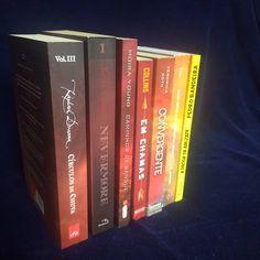 b41bc005c As cores da minha estante: do vermelho ao amarelo. . . . .  #aconstantinobrandao #livros #vermelhoeamarelo #books