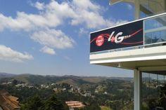 A Claro fez uma demonstração sua rede 4G em Campos do Jordão, tendo registrado a taxa de 58 Mbps para download, com média de 48 Mbps. A empresa promete que a tecnologia, que está em fase experimental também em Brasília, Parati e Búzios, será lançada oficialmente em abril de 2013, com estreia nas seis cidades sede da Copa das Confederações. Na INFO Online, por Monica Campi.