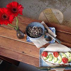 #EinWort: Schockverliebt ❤️ Wer auf gesundes Essen und richtig schönes Design steht, sollte mal im #Cafe Spatz auf der Antwerpener Straße (neben dem Goldenen Schuss) vorbeischauen. Für uns gab es ne #Avocado-Stulle, #Quinoa-Salat mit Granatapfel, Feta und Koriander, veganes Bananenbrot und Filterkaffee. Wasser gibt es hier übrigens immer umsonst zum Selberzapfen (Yummy, mit Minze und Gurke). Unbedingt mal vorbei schauen!  #kölnergram #365köln #thisiscologne #miezenstories #mafflumomente…