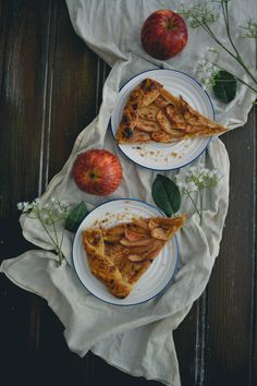 Step by step instructions how to make a vegan apple gallete. Do you believe in magic?