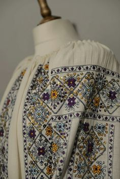 Hand Embroidery Dress, Embroidered Clothes, Embroidery Stitches, Embroidery Designs, Creative Embroidery, Folk Costume, Boho Tops, Blackwork, Stitch Patterns