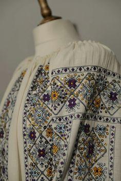 Hand Embroidery Dress, Folk Embroidery, Embroidered Clothes, Embroidery Stitches, Embroidery Patterns, Stitch Patterns, Creative Embroidery, Folk Fashion, Folk Costume