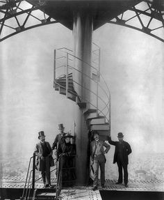 Gustave Eiffel and four other people at the summit of the Eiffel Tower photos from the 1889 Paris Exposition (or Exposition Universelle). Vintage Pictures, Old Pictures, Old Photos, Antique Photos, Gustave Eiffel, Old Paris, Vintage Paris, Tour Eiffel, Mega Series