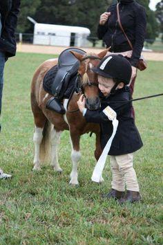 leuk om te zien hoe trots dat jongetje op zijn pony is nadat ze een wedstrijd hebben gereden. Leuk om zo'n band met je pony of paard te hebben.