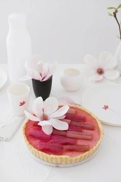Endlich Rhabarberzeit!   Deswegen gab es am Wochenende bei uns, eine leckere Panna-Cotta Tarte,   mit Holunderblüten-Rhabarber.        ...