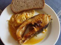 KAPOR PEČENÝ NA CIBULI.  Porce kapra omyjeme a osušíme. Cibuli oloupeme a nakrájíme na kolečka. Do pekáče dáme olej, cibuli a porce kapra, které osolíme, opepříme.... Fish Recipes, Baked Potato, French Toast, Food And Drink, Potatoes, Baking, Breakfast, Ethnic Recipes, Fish Food