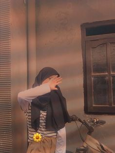 Girls Foto, Hipster Wallpaper, Beautiful Islamic Quotes, Casual Hijab Outfit, Girl Hijab, Girl Photography Poses, Aesthetic Girl, Ulzzang Girl, Hijab Fashion