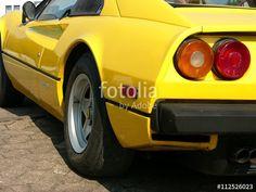 Runde Rückleuchten eines knallgelben italienischen Ferrari 308 GTB Sportwagens der Siebzigerjahre in Lage bei Detmold im Kreis Lippe